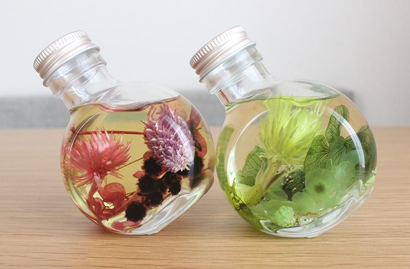 Instagram(インスタグラム)などSNSでも話題の\u201cハーバリウム\u201dをご存知ですか? 乾燥させた花や植物をお好みのビンの中に入れ、オイルにつけて保存するという新しくて